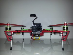 QUMOX SJ4000 Full HD Action Kamera am Quadrocopter