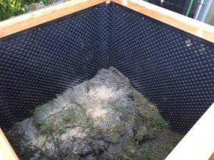 Hochbeet selber bauen - Noppenbahn als Feuchtigkeitssperre