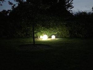 Kugelleuchten im Garten - Dämmerung