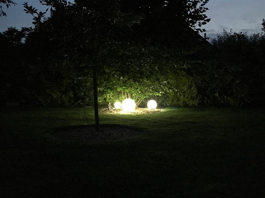 Kugelleuchten im Garten - NIKOLAUS-LUENEBURG.DE