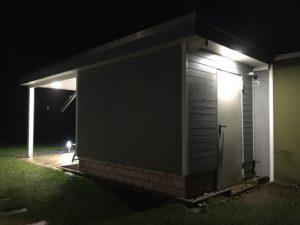 Innenausbau und Beleuchtung vom Schuppen - Außenansicht bei Nacht