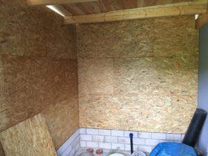 Innenausbau und Beleuchtung vom Schuppen - Wand mit OSB-Platten